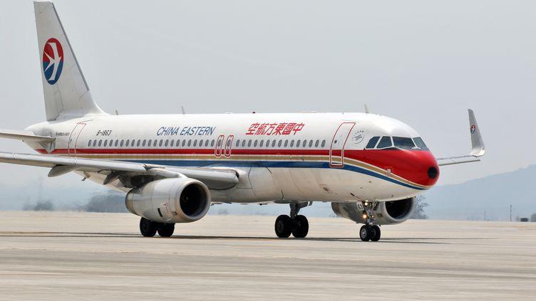 Un Airbus A320 de la compagnie China Eastern à l'aéroport international de Yantai, dans la province de Shandong (Chine), le 19 mai 2017. (TANG KE / IMAGINECHINA / AFP)