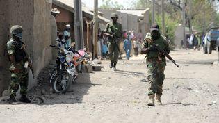 Des soldats marchent dans les rues de Baga (Nigeria), le 30 avril 2013. (PIUS UTOMI EKPEI / AFP)
