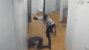 Capture d'écran d'une vidéopubliée par le site Là-bas si j'y suis, le 12 juillet 2018, montrant le passage à tabac d'un détenu par un policierau TGI de Paris. (LA-BAS SI J'Y SUIS / YOUTUBE)