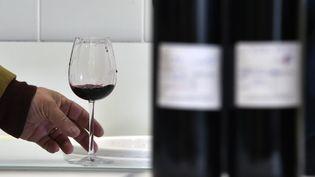 Selon Santé publique France, il faut inciter les Français à passer de 18verres d'alcool par semaine à moins dedix. (PASCAL PAVANI / AFP)