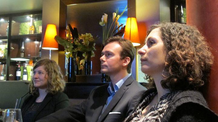 (De G à D) Jessica, Kévin et Sonia, trois électeurs de François Bayrou indécis, avant et après le débat d'entre-deux-tours, à Paris, le 2 mai 2012. (SALOME LEGRAND/ FTVI)