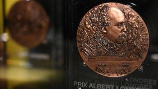 La médaille du prix Albert-Londres. (DOMINIQUE FAGET / AFP)