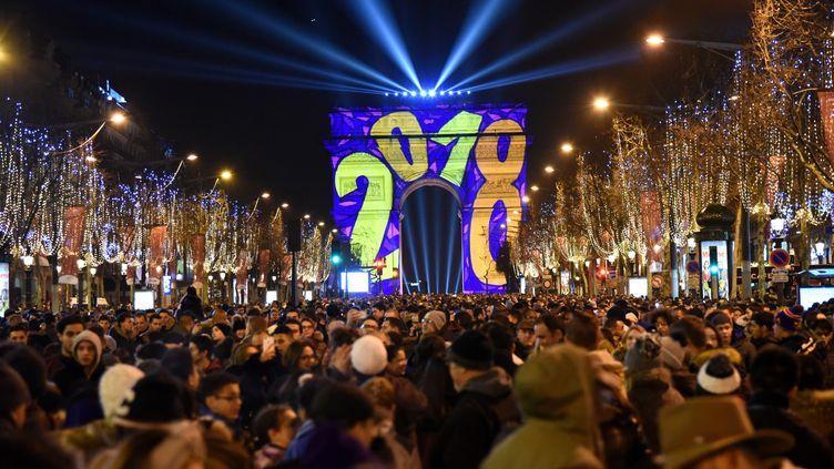 Le nouvel an célébré sur les Champs-Elysées à Paris, le 1er janvier 2018. (NEDIM / ANADOLU AGENCY / AFP)