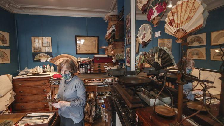 Anne Hoguet, éventailliste et maître d'art, propriétaire de l'unique atelier-musée français de l'éventail,le 20 janvier 2021 à Paris. (MICHEL EULER/AP/SIPA / SIPA)
