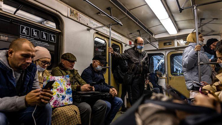 Le masque n'est pas obligatoire dans le métro de Moscou, malgré les chiffres records de l'épidémie (13 octobre 2021). (DIMITAR DILKOFF / AFP)