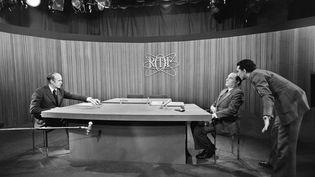 """10 mai 1974 : Valéry Giscard d'Estaing et François Mitterrand face à face lors du débat d'entre deux tours. VGE prononce cette phrase restée mémorable : """"Vous n'avez pas le monopole du cœur"""". (AFP POOL / AFP)"""