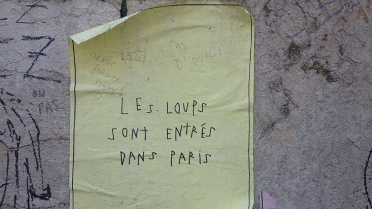 (affiche collée place de la République à Paris © Nathalie Bourrus - RADIO FRANCE)