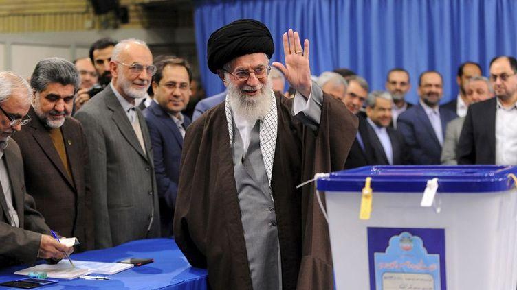 Le Guide suprême, Ali Khamenei, après son vote pour la double élection du Parlement et l'Assemblée des experts, qui a le pouvoir de le nommer ou le démettre. ( REUTERS/leader.ir/Handout)