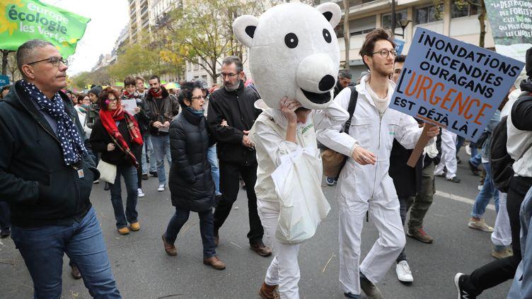 Des manifestants qui participent à la Marche pour le climat à Paris, le 8 décembre 2018. (JACQUES DEMARTHON / AFP)