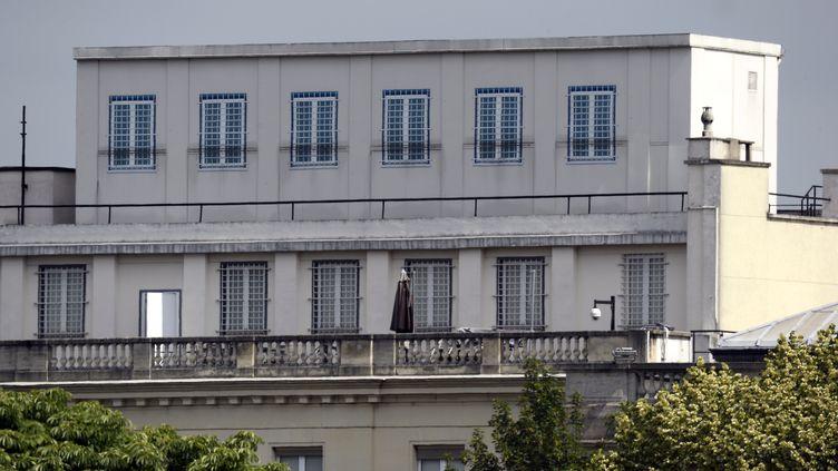 """Le toit de l'ambassade américaine, à Paris, soupçonné par """"Libération"""" d'abriter une station d'espionnage des télécommunications. (BERTRAND GUAY / AFP)"""