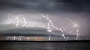 Un orage au-dessus de l'estuaire de la Gironde. (XAVIER DELORME / BIOSPHOTO / AFP)