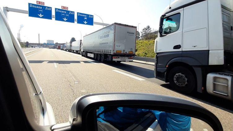 File de poids-lourdsau poste frontière de Saint-Louis Bâle, à la frontière entre la France et la Suisse (VALENTIN DUNATE / FRANCEINFO / RADIO FRANCE)