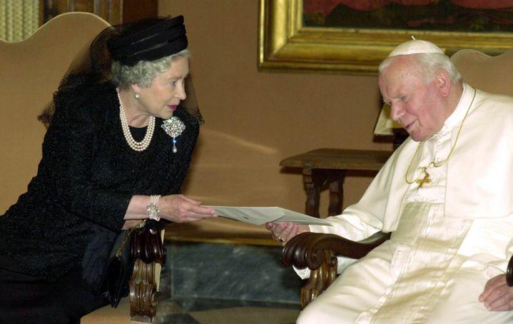 (Rencontre historique entre la reine, chef de l'Eglise anglicane, et le pape Jean-Paul II au Vatican, en 2000. © Maxppp)