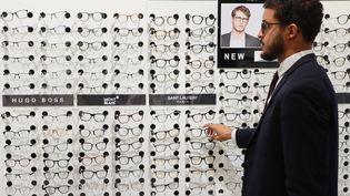 """Promesse de campagne d'Emmanuel Macron, le """"reste à charge zéro"""" doit permettre le remboursement intégral des lunettes, prothèses dentaires et audioprothèses. (COTTEREAU FABIEN / MAXPPP)"""