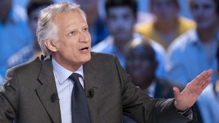 Le candidat à la présidentielle Dominique de Villepin sur le plateau du Grand journal de Canal+, le 13 décembre 2011. (MIGUEL MEDINA / AFP)