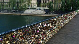 Le pont des Arts recouvert de cadenas d'amour  (Thibault Camus/AP/SIPA)