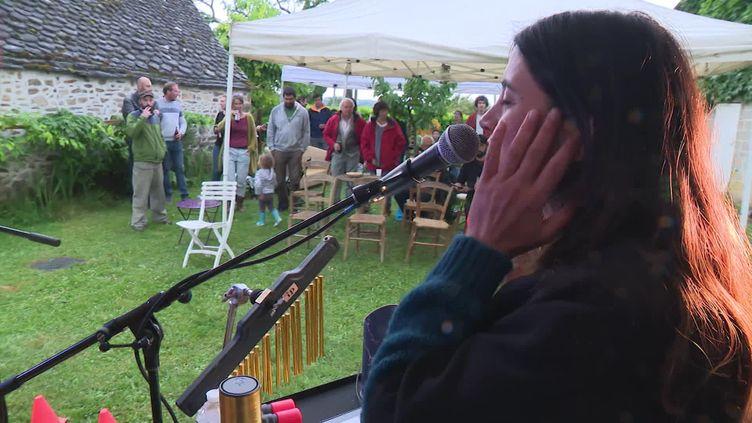 Le groupe Baume et Palais en concert dans le jardin d'une famille de Beynat en Corrèze. (A. Martiniky / France Télévisions)