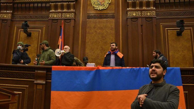 Des Arméniens ont envahi le parlement à Erevan (Arménie), le 10 novembre 2020, pour manifester contre l'accord de cessez-le-feu conclu entre leur pays et l'Azerbaïdjan dans le conflit du Haut-Karabakh. (KAREN MINASYAN / AFP)