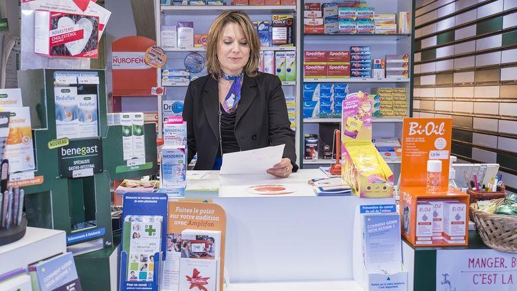 Une pharmacienne dans son officine. (YVES ROUSSEAU / BSIP / AFP)