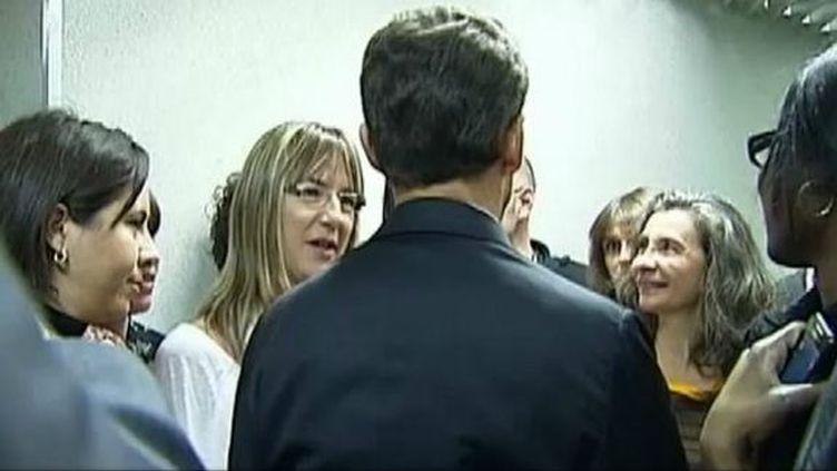 Nicolas Sarkozy discute avec des employées de la caisse d'allocations familiales de la Gironde, à Bordeaux, le 15 novembre 2011. (BENOÎT ZAGDOUN - FTVI / CHLOÉ CORMERY - FRANCE 2)