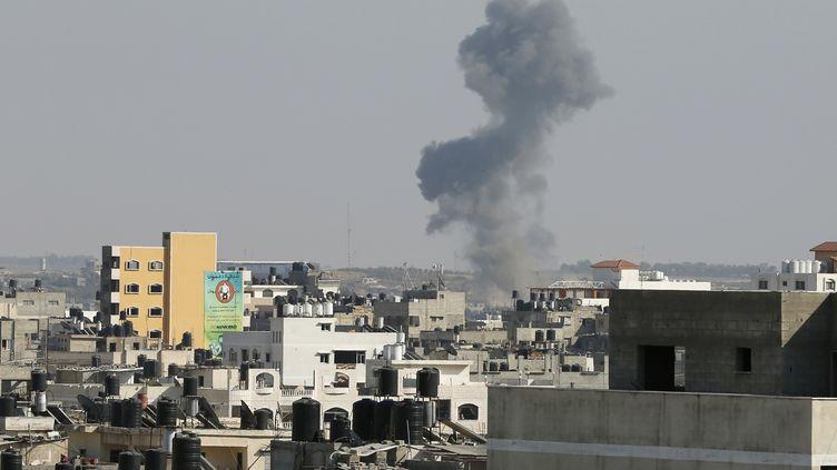 Une roquette tirée d'Israël frappe la ville de Gaza, le 19 août 2014, pendant l'opération Bordure protectrice. (SUHAIB SALEM / REUTERS)