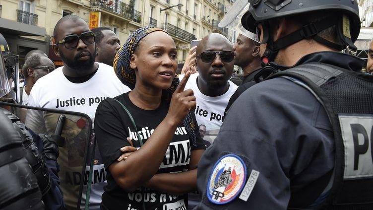 Assa Traoré lors d'une manifestation gare du nord à Paris, en juillet 2016 après que la justice a rejeté la demande de la famille Traoré pour une troisième autopsie d'Adama Traoré. (DOMINIQUE FAGET / AFP)