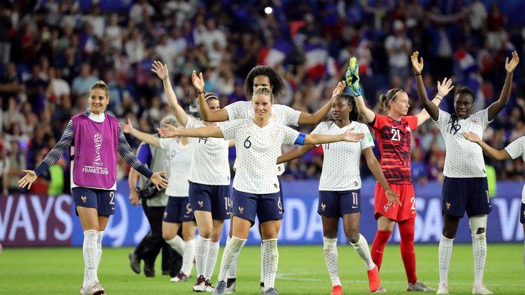 Les footballeuses de l'équipe de France célèbrent leur victoire en huitième de finale face au Brésil, le 23 juin 2019, au Stade Océane, au Havre. (LUCY NICHOLSON / REUTERS)