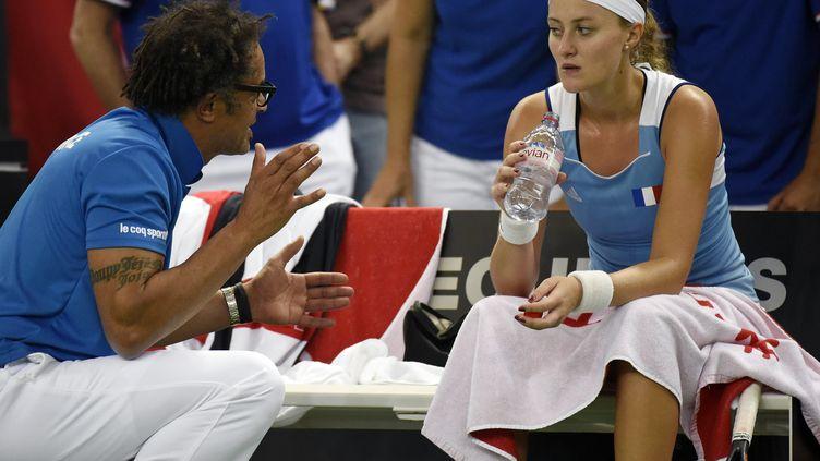 Les conseils de Yannick Noah n'y ont rien changé : Kristina Mladenovic s'est inclinée face à Timea Bacsinszky et la France voit son avenir en Fed Cup se troubler. (JEAN-PHILIPPE KSIAZEK / AFP)