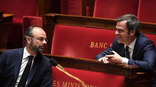 Le Premier ministre Edouard Philippe et le ministre de la Santé, Olivier Véran, pendant le débat sur le plan de déconfinement à l'Assemblée nationale, le 28 avril 2020. (DAVID NIVIERE / AFP)
