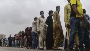 File d'attente pour la vaccination contre le Covid-19 à Karachi (Pakistan) le 29 juillet 2021 (ASIF HASSAN / AFP)