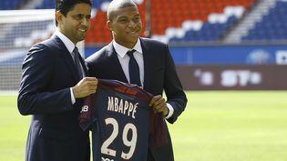Nasser Al-Khelaifi, le président du PSG, et Kylian Mbappé, lors de la présentation du joueur par le club, le 6 septembre 2017 au Parc des Princes à Paris. (BENJAMIN CREMIEL / DDPI / AFP)