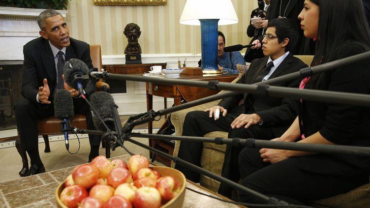 """Barack Obama, a reçu des """"Dreamers"""" à la Maison Blanche quand il était président des Etats-Unis, le 4 février 2015. (KEVIN LAMARQUE / REUTERS)"""