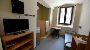 Une cellule de la maison d'arrêt de la Santé, à Paris, le 28 juin 2018, quelques mois avant la réouverture de l'établissement. (GERARD JULIEN / AFP)