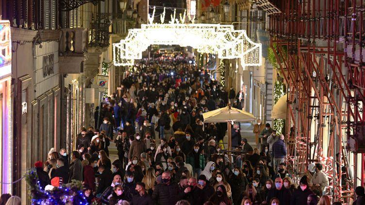Au grand dam des autorités sanitaires, le Covid-19 ne détourne pas les Italiens de leur shopping de Noël. Ici le 13 décembre via dei Condotti dans le centre de Rome. (VINCENZO PINTO / AFP)