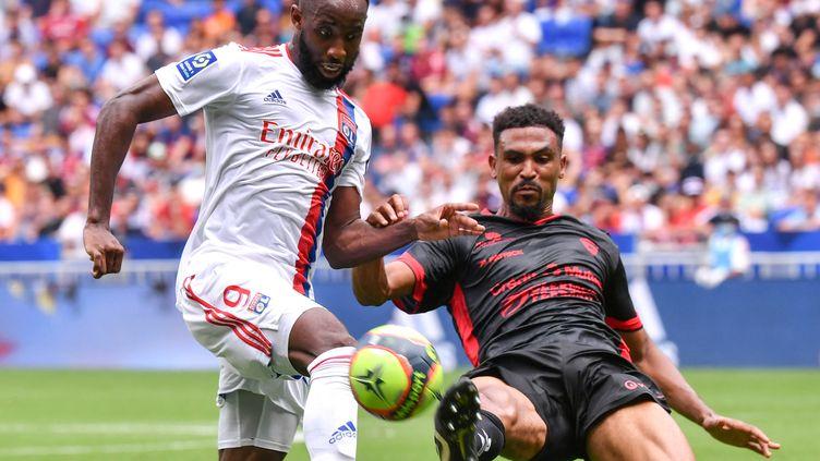 Le défenseur clermontois Cedric Hountondji tacle Moussa Dembélé au Groupama Stadium, le 22 août 2021. (PHILIPPE DESMAZES / AFP)
