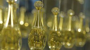 "Flacons du parfum ""J'adore"" de Dior  (MIGUEL MEDINA / AFP)"