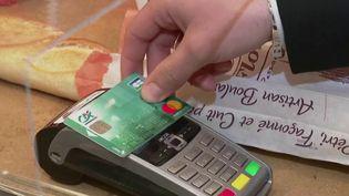 La semaine passée, le nombre des paiements par carte bancaire sans contact a augmenté de 4%. En effet, selon l'Organisation mondiale de la santé (OMS), c'est un bon moyen de ralentir l'épidémie de Covid-19. (FRANCE 2)