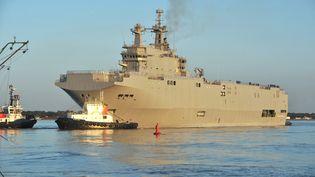 """Le """"Vladivostok"""", un des navires Mistral commandés par la Russie aux chantiers navals STX de Saint-Nazaire, le 5 mars 2014. (FRANK PERRY / AFP)"""