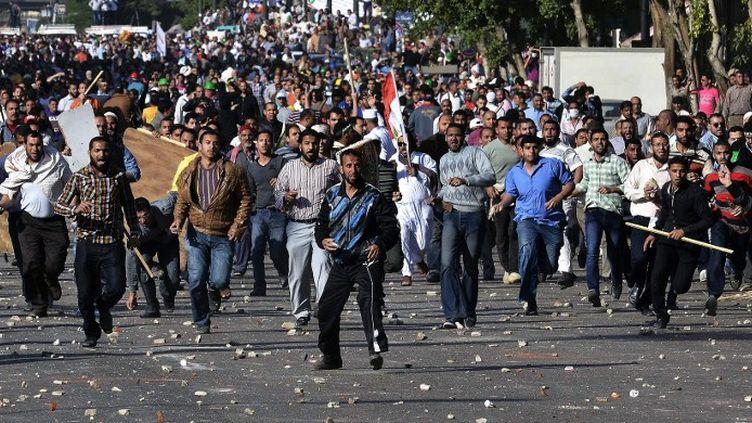 Affrontements entre les Frères mulsulmans et des membres de l'opposition au Caire, en Egypte, le 19 avril 2013. (MOHAMED EL-SHAHED / AFP)