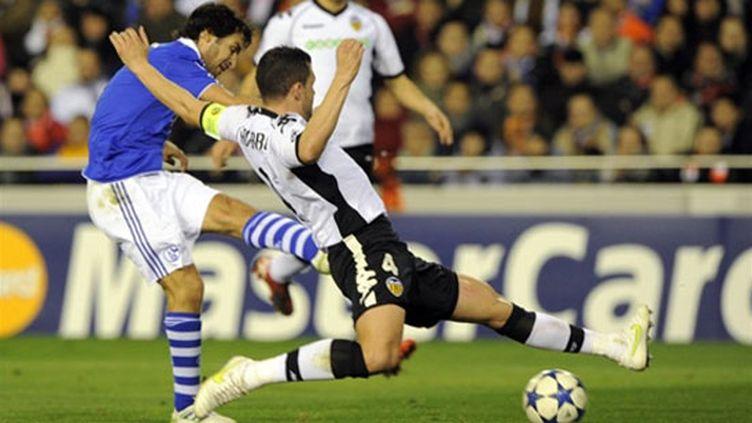 Raul, joueur de Schalke, face au défenseur de Valence Navarro