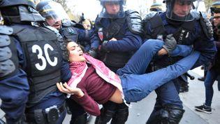 (Les policiers ont interpellé plus de 150 manifestants après les échauffourées place de la République. © Nathanaël Charbonnier)