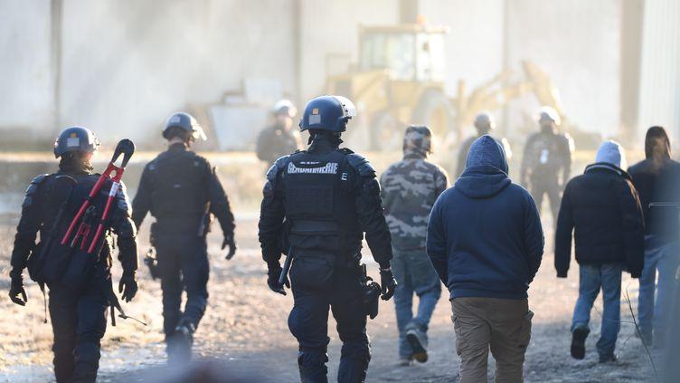 Des gendarmes encadrent la dispersion de la rave-party de Lieuron (Ile-et-Vilaine) le 2 janvier 2021. (JEAN-FRANCOIS MONIER / AFP)