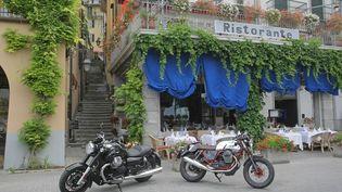 (La California et la V7 sur une place de Bellagio © Moto Guzzi)