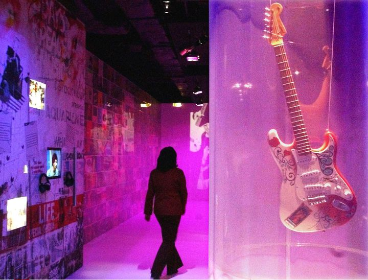 Une réplique de la guitare avait déjà été exposée lors d'une exposition célébrant les 60 ans de la naissance d'Hendrix, au parc de la Vilette à Paris en 2002  (REMY DE LA MAUVINIERE/AP/SIPA)