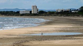 Une plage déserteà la Grande-Motte, dans l'Hérault, le 28 avril 2020 (photo d'illustration). (PASCAL GUYOT / AFP)