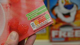 Un étiquetage nutritionnel avec un code couleur dans un supermarché de Londres (Royaume-Uni), le 16 mars 2015. (MAXPPP)