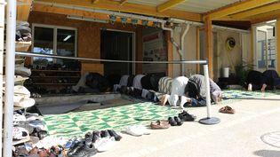 Des musulmans prient jusque dans la cour de la mosquée bondée de Mantes-la-Ville (Yvelines)le 25 septembre 2015. (BENOIT ZAGDOUN / FRANCETV INFO)
