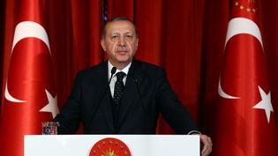 Le président turcRecep Tayyip Erdogan prononce un discours lors d'un dîner de gala, le 27 avril 2017 à Istanbul (Turquie). (KAYHAN OZER / ANADOLU AGENCY / AFP)