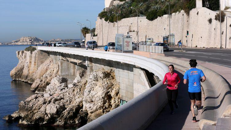 Des joggers sur la Corniche, à Marseille (Bouches-du-Rhône), le 28 décembre 2016. (MAXPPP)
