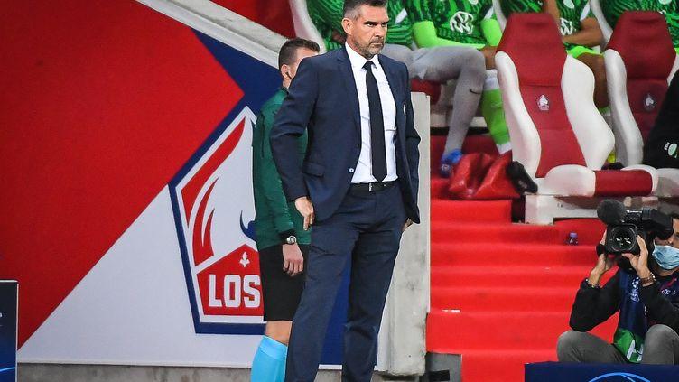Jocelyn Gourvennec près du banc lillois pendant le match de Ligue des champions contre Wolfsburg, le 14 septembre 2021. (MATTHIEU MIRVILLE / DPPI / AFP)